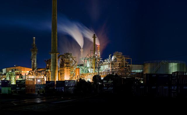 富士名物製紙工場。製油所や製鉄、セメントとは異なる魅力でせまる。これは富士駅前の王子製紙(大きな画像はこちら)