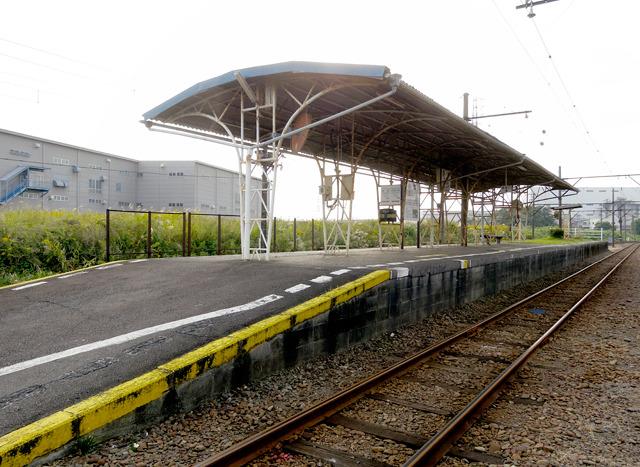 この駅も最初の吉原と同じ構造。この柱と屋根、ぼくはたいそう気に入りました。持って帰りたい。