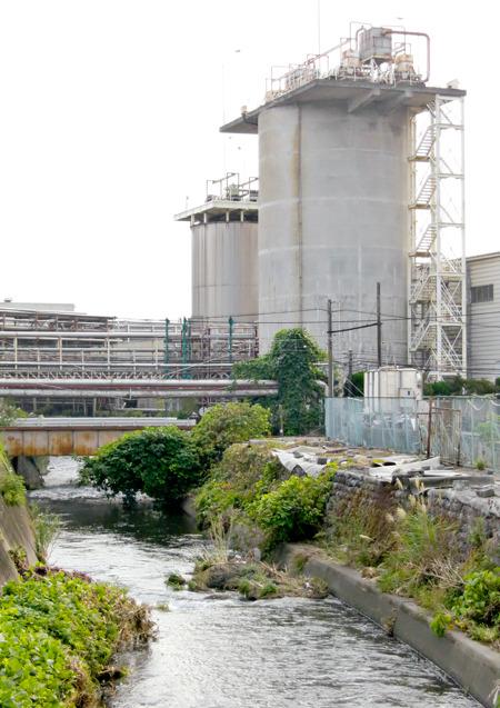 大きな通りに出ると、川の向こうに製紙工場のすてきな風景。