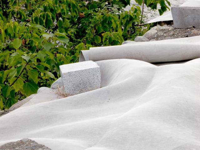 振り返ると、さっきの川岸の謎のシートの押さえ石が墓石の再利用。どうなんだこれ。
