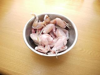 締めたら、まず内臓と皮を取り除いて下ごしらえ。魚よりうんと簡単。