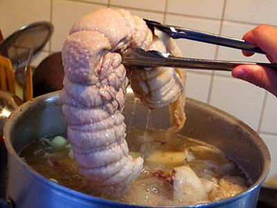 トロトロに煮込まれた豚塊肉を、作ったタレに漬けこんでおく。