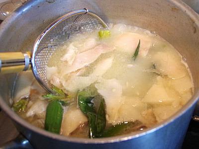 浮いた脂とスープをどれくらいの割合ですくうのかが難しい。