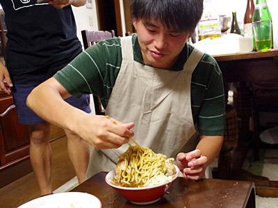 マダラさんが追加で作ったラーメンを試食しようとしたとき、その箸捌きに「天地返し!」の声が飛んだ。
