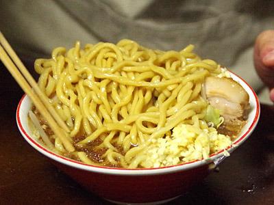 麺と具をひっくり返すことを、天地返しというらしいよ。よくこぼさないで食べられるな。