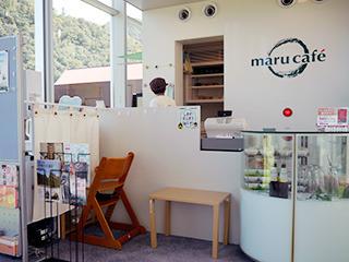 博物館2階のカフェへ