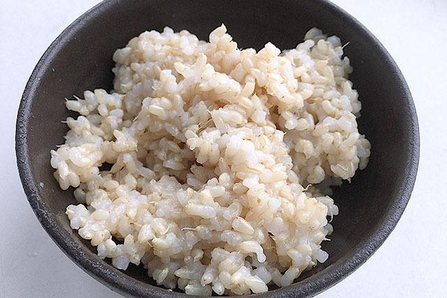 発芽させすぎ玄米のご飯。ニョロニョロと出てるのが芽か根である。少し水が多かったかも知れない。