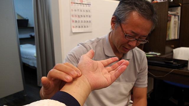 東洋医学の「脈診」をしているところ。脈の強さで調子の悪い臓器がわかるという