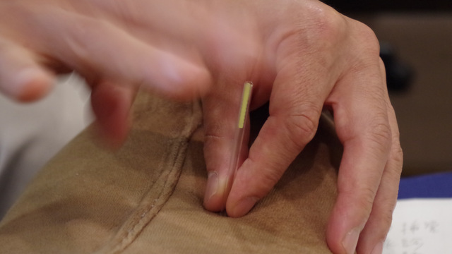 管で鍼を固定して針先をちょっと枕に刺したら