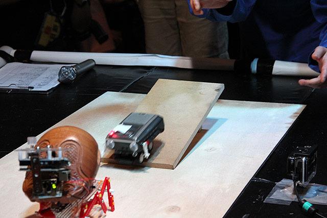 前回の「最も技術力が低いロボット」に選ばれた、すずえりさんの「コピーロボット」(奥)。電源を搭載せず、坂から転がり落ちる勢いで相手に突進する。手前のロボットはハイテクパーツを積んでいるように見えるが、飾りです。