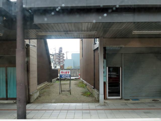 間口の狭い長屋用土地が売りに出ていた