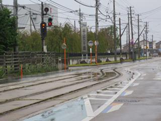 電柱と並んで電車の信号が立っている