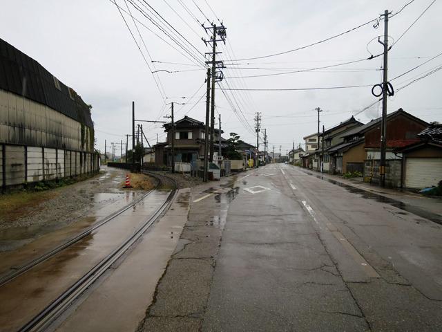 その先でついに線路は道路の上から外れる