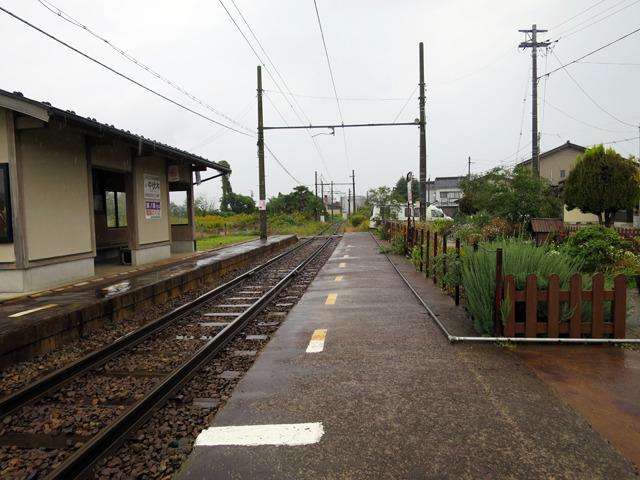 でも1本の線路の左右にホームがある光景もやや珍しい気がする