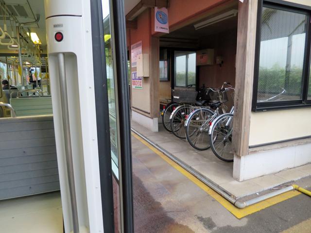 この駅ではホームに自転車置き場があった。これもパーク&ライドである
