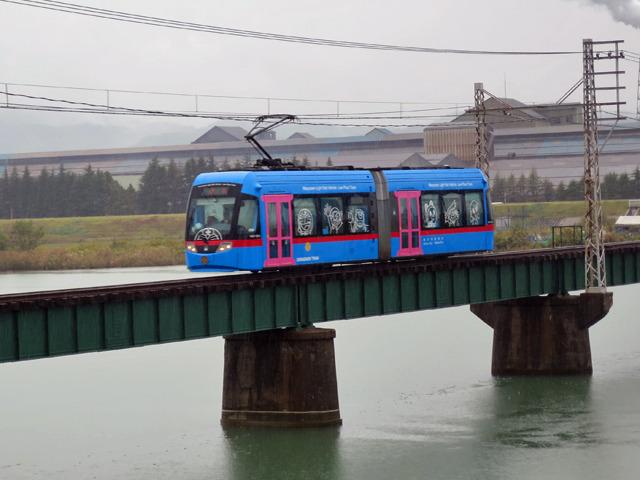 トラムがこんな長い鉄橋を爆走する光景も珍しいのでは