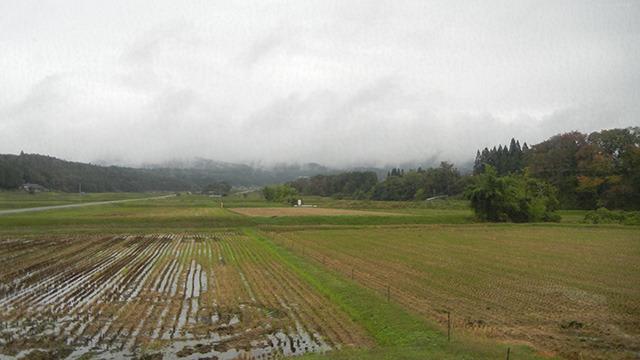 田園にもやがかかって幻想的な風景