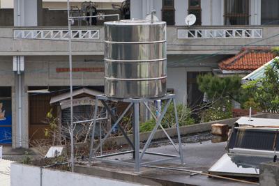 一家に一台水タンク。