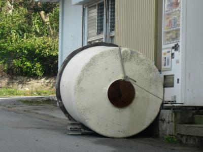 以前台風の落とし物を探した時の写真。 確かに台風後に水タンクが飛んでる場面を何度か見たことがある。
