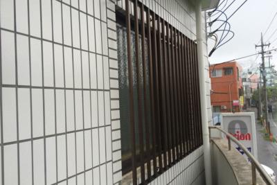 そういえば沖縄の建物にはこれでもか!ってくらい格子がついている。防犯と風通しを両立した完成形なのかもしれない。