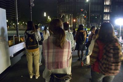 グループを作って会話しながら歩く人、輪から少し距離を置き、ひとり黙々と歩く人、その徘徊スタイルはさまざま