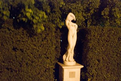 月夜に照らされ、ひと際艶めかしい女神像