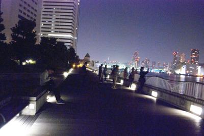 休憩ポイントの竹芝ふ頭公園にて。休憩もそこそこに東京湾の夜景をカメラにおさめる参加者たち