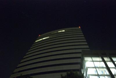 わずかに点るホテルの明かり。きっと、とんでもなく卑猥なパーティーが催されているに違いない