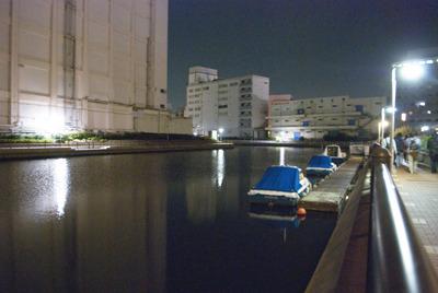 運河を横目に歩く歩く