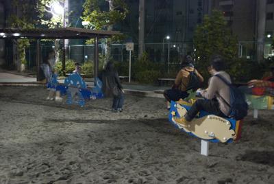 深夜のハイテンションにまかせて、遊具を満喫する参加者