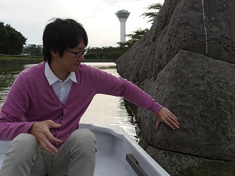 ボートを借りて実際にさわってみる。「へ~、これが五稜郭の角度か~」函館に新たな観光スポットが生まれた