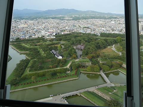 五稜郭は500×450×8m。このおもしろい形を見るために隣にタワーが建っているのか