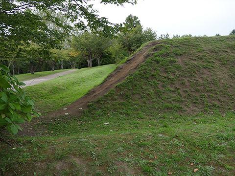 四稜郭のほうは土塁なのでなだらか。どうも遊ばれて削れたっぽい痕跡である。