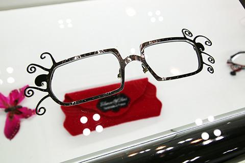 メガネからまつげが溢れてる的なやつ。