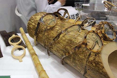 竹製のメガネ。これはこれでかっこいい。