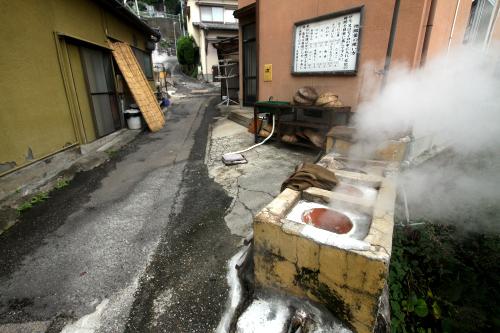温泉の蒸気を利用した蒸し釜は地獄釜と呼ばれている