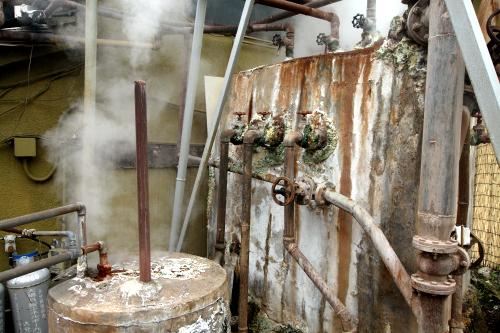 硫黄などが付着した温泉設備の方が、より地獄っぽい感じがする