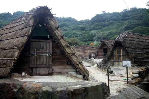 藁葺の小屋が並んでいるのが印象的な温泉だ