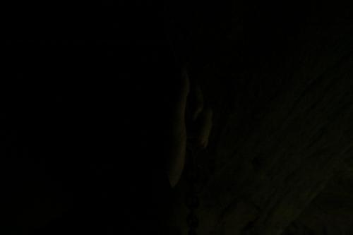 穴の底は真っ暗で、鎖を握る手が見えない