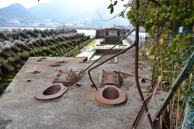 第一武智丸の舳先から向こう側をみる。甲板ももちろんコンクリート製だ。手前の二つの穴はアンカーチェーン(錨をつなぐ鎖)を通す穴らしい
