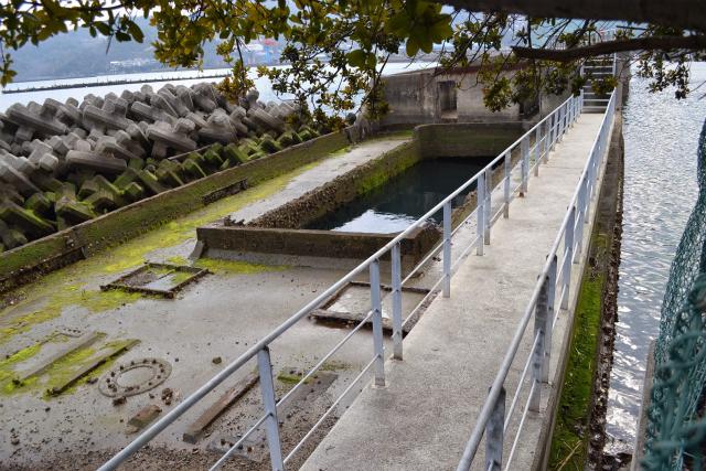 手前の手すりと通路は、武智丸のものではなく、この先にある灯台へ行く為の通路で、後から取り付けられたものだ