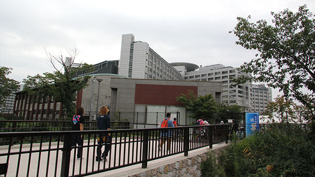 駅からすぐの東京拘置所。その重厚感に、曇り空がよく似合う。