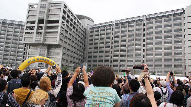 元AKBの篠田麻里子さん登壇中。見えない。せめて写真だけでもとみんな手を伸ばして撮影