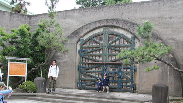 「開かずの門」の前でちびっこ刑務官