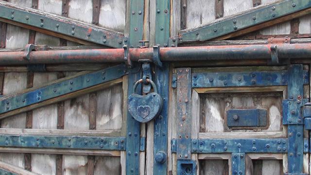 この「開かずの門」、ぶらさがってる鍵がハート型でかわいい