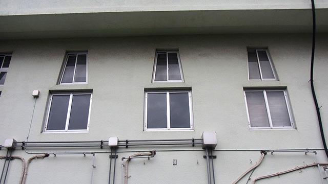 台形の窓。開けにくそう