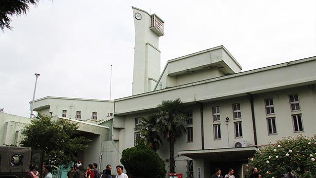 正面から見ると鳥が羽を広げたように見える旧庁舎。受刑者の手で作られたそうだ。老朽化のため近々取り壊しの可能性があるとか。