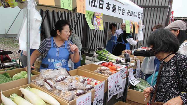 飛ぶように売れる葛飾野菜。昼には完売してた