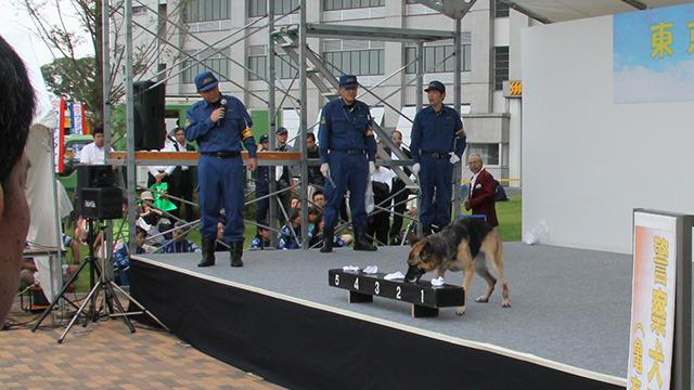 警察犬も登場。一瞬でニオイをかぎわける訓練が見れた。