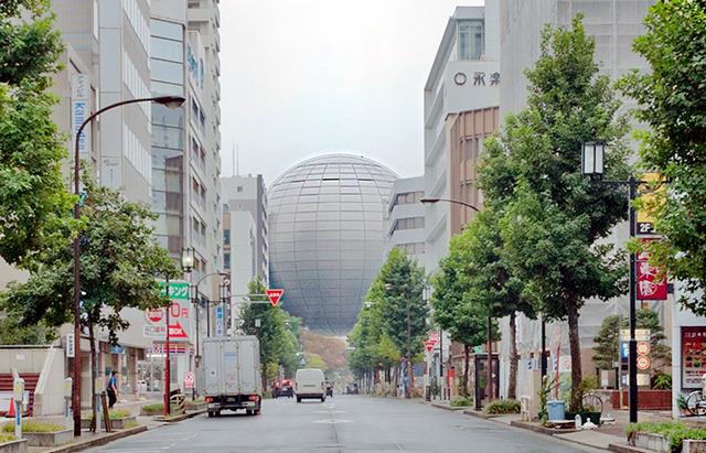 長島町通を見ると、巨大な球体が道路をまたいでいるように見えるし!これ初めて見た時ぎょっとした。(科学館の建物です)
